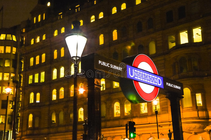 Station de métro de Londres pendant la nuit photo stock