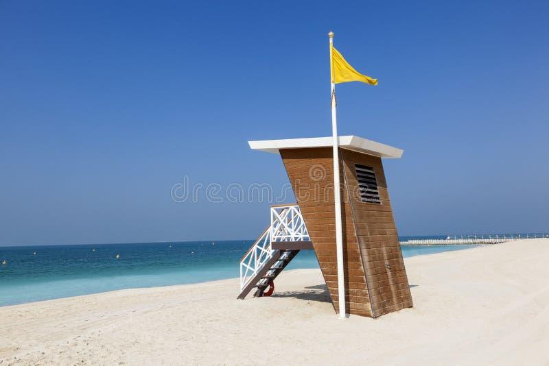 Station de maître nageur sur la plage à Dubaï photo stock