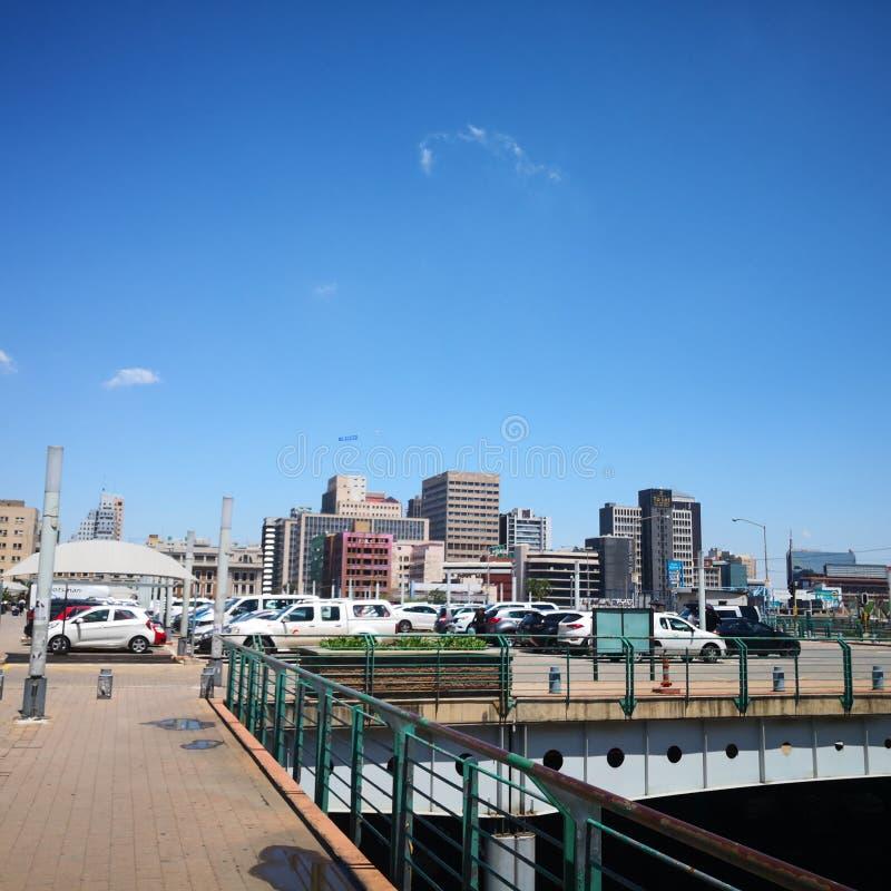 Station de parc de Johannesburg parking au-dessus du pont photos libres de droits