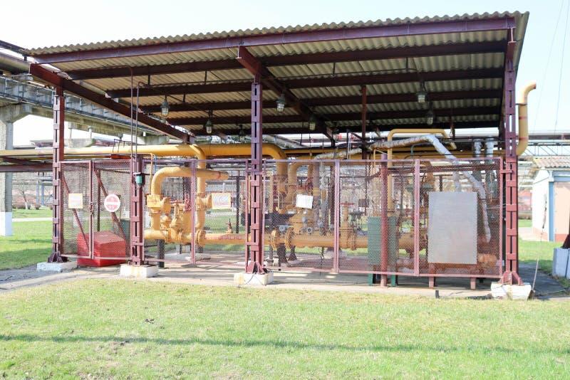 Station de pompage située sur la rue en plein air avec les pompes centrifuges derrière la maille en métal dans le raffinerie de p photos libres de droits
