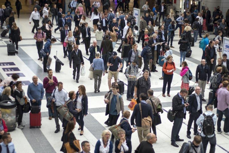 Station de rue de Liverpool à la précipitation notre dedans le matin montrant beaucoup de personnes se déplaçant autour images libres de droits