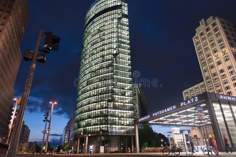 Station de scènes de nuit de Berlin et bâtiments modernes images stock