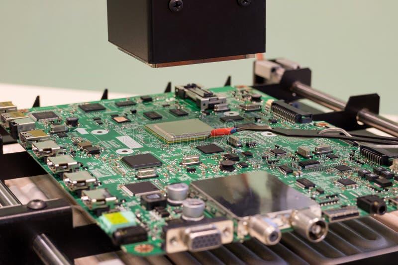 Station de soudure infrarouge prête pour le travail avec la puce de BGA images libres de droits