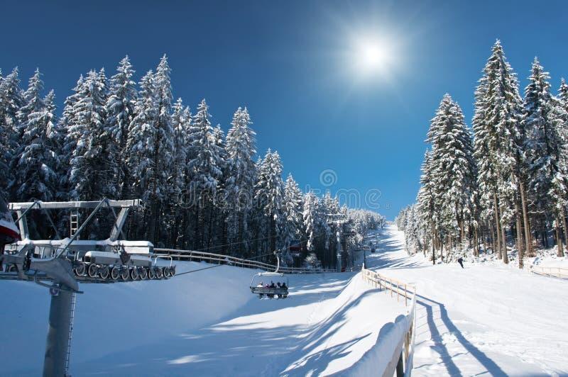 Station de sports d'hiver avec Sun photographie stock libre de droits