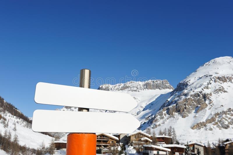Station de sports d'hiver de montagne image libre de droits