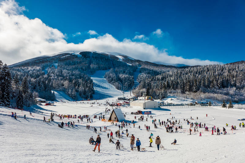 Station de sports d'hiver de montagne image stock