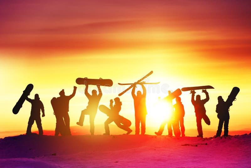 Station de sports d'hiver heureuse d'amis de groupe photo libre de droits
