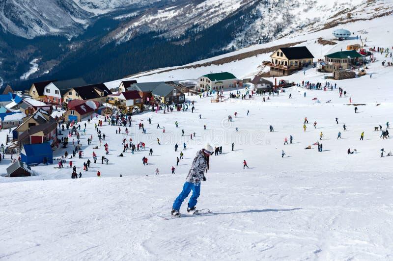 Station de sports d'hiver moderne en montagnes Dombai, Russie Skieur skiant en descendant en hautes montagnes photographie stock