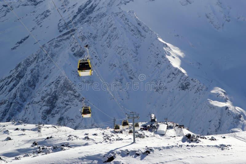 Station de sports d'hiver de montagne Elbrus Russie, ascenseur de gondole, montagnes d'hiver de paysage photos libres de droits