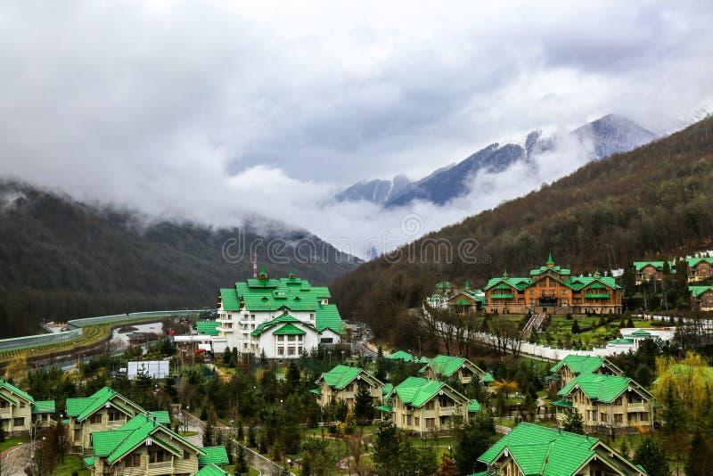 Station de sports d'hiver de montagne paysage brumeux photos stock