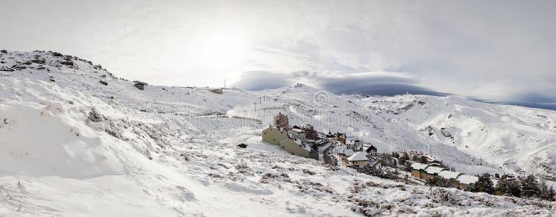 Station de sports d'hiver de Sierra Nevada en hiver, pleine de la neige images stock