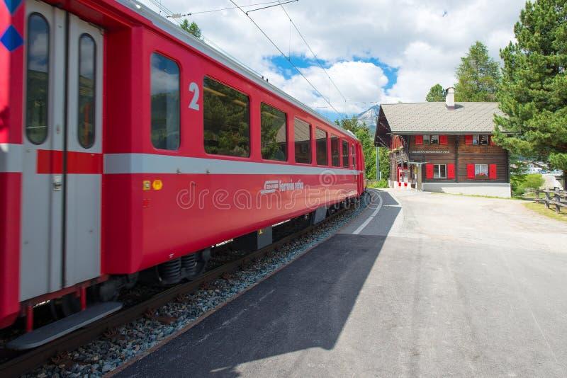 Station de Staz dans Celerina Suisse avec le train rouge du R photo libre de droits