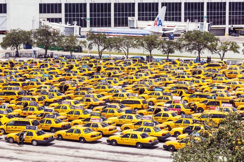 Station de taxis à l'aéroport international de Miami photos libres de droits