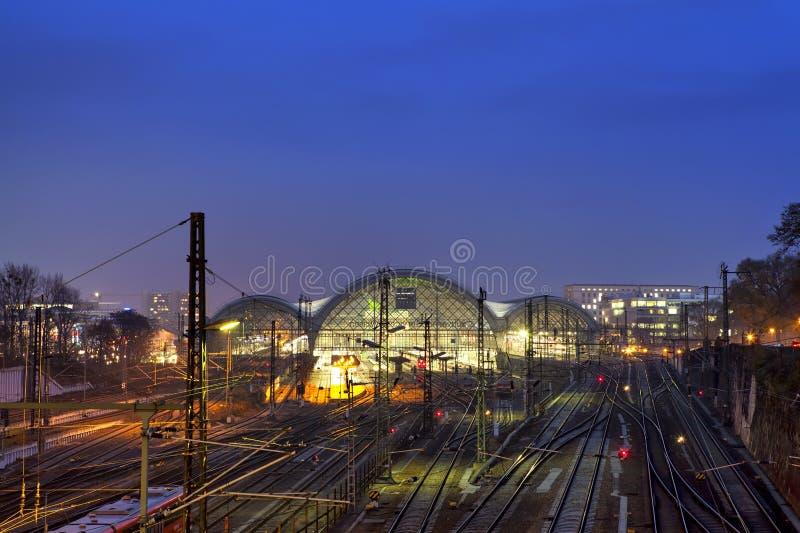 Station de train centrale la nuit à Dresde image stock