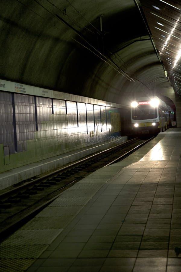 Station de train de arrivée de train léger de rail photographie stock