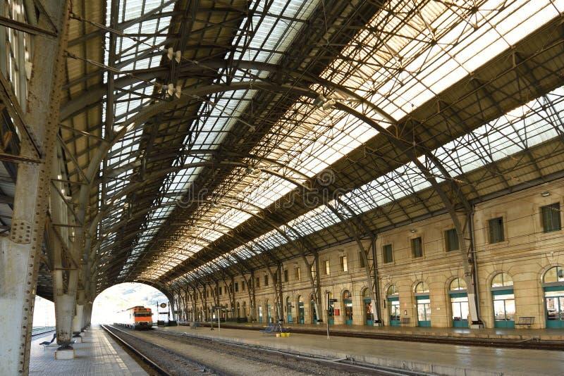 Station de train de ville frontalière de Portbou, province de Gérone, Cataloni photographie stock libre de droits