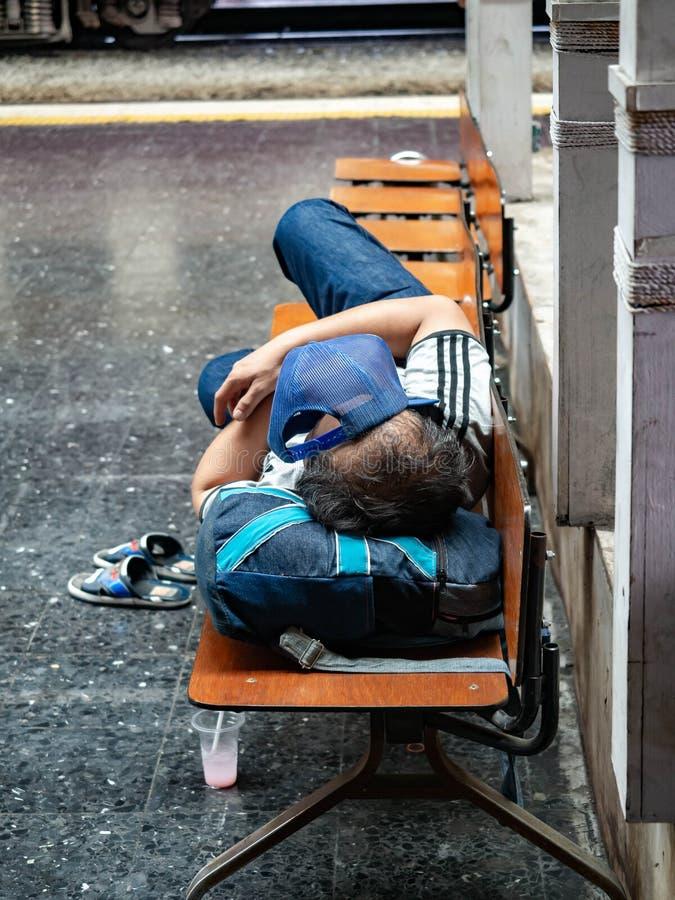 Station de train Hua Lamphong, sommeil de personnes photo stock