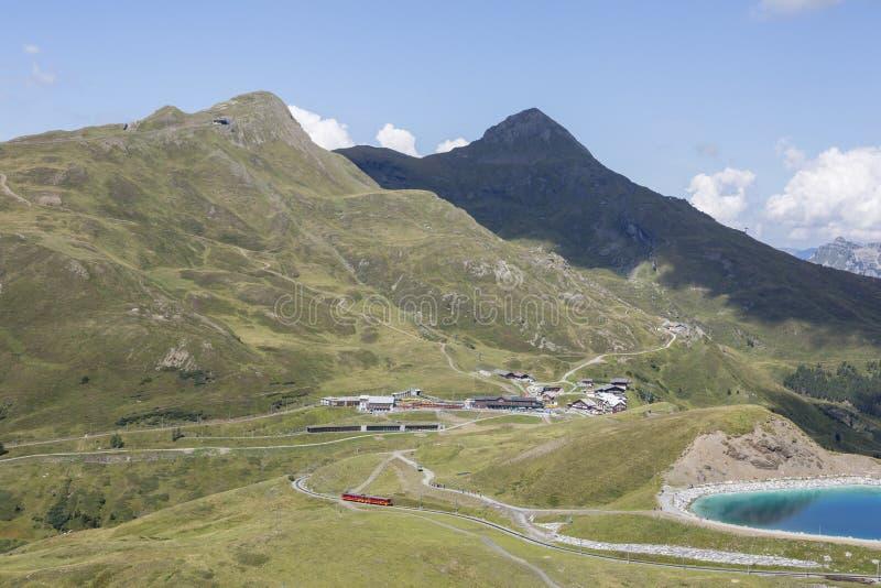 Station de train Kleine Scheidegg avec le lac dans les alpes près de Grindelwald, Bernese Oberland, Suisse image libre de droits