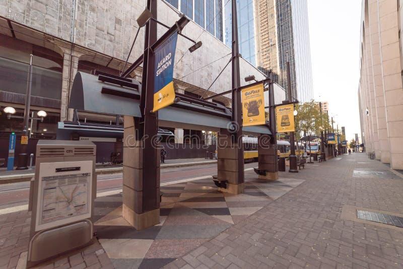 Station de train légère de rail avec le passager attendant dans Dall du centre photos stock