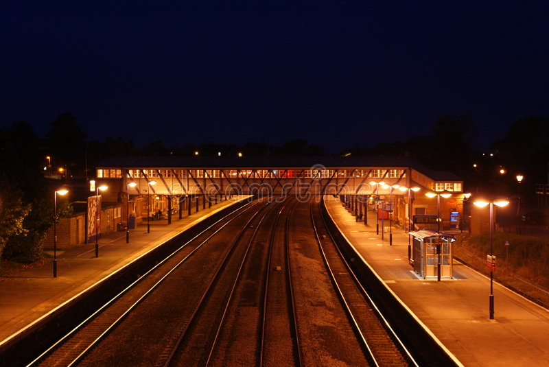 Station de train la nuit photo libre de droits