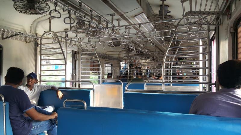 Station de train local de Mumbai avec des passagers image libre de droits