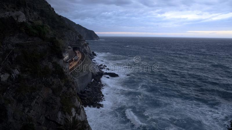 Station de train de Manarola au-dessus de la mer Méditerranée, Cinque Terre, transport en Italie image libre de droits