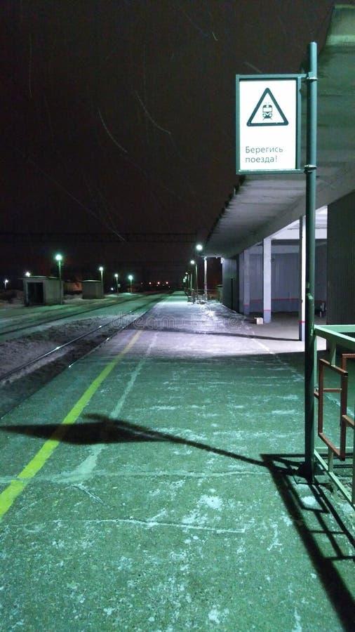 Station de train de nuit avec un signe photos stock