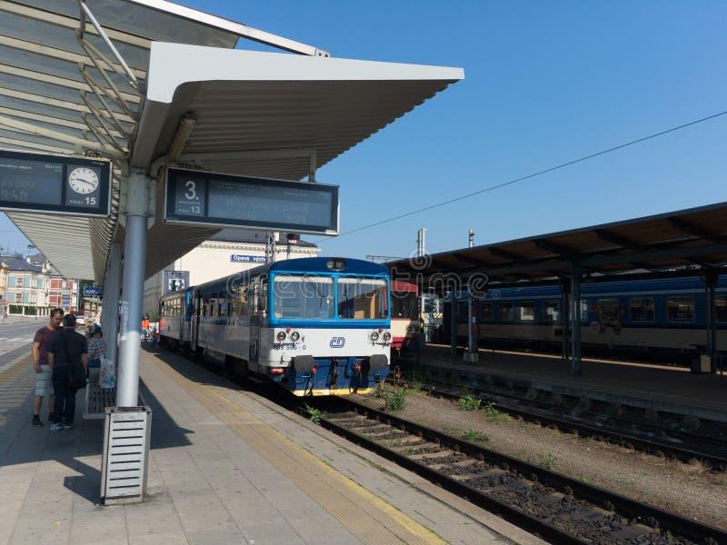 Station de train - plate-forme et locomotive diesel pour des passagers et le transport en commun photo stock