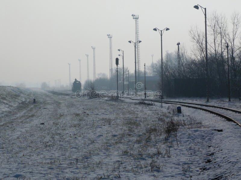 Station de train rurale presque vide un jour hivernal avec la neige photographie stock libre de droits