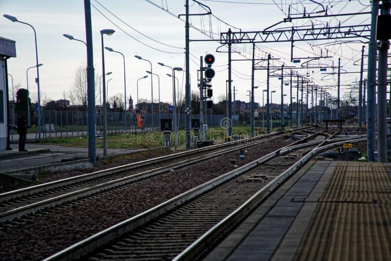 Station de train vide, et plate-forme abandonnée photos libres de droits