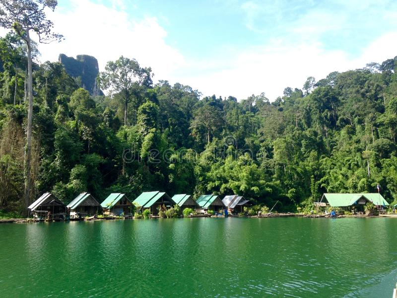 Station de vacances étonnante au barrage de Ratchaprapa photo libre de droits