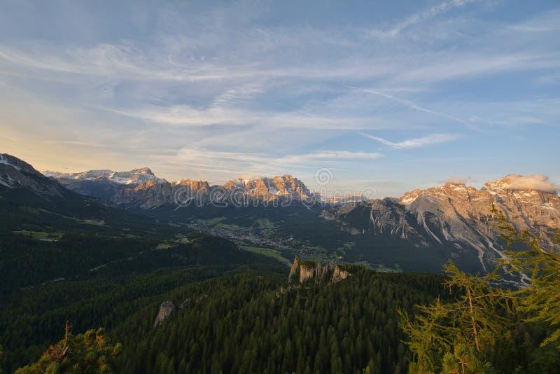 Station de vacances alpine fantastique avec le coucher du soleil renversant et les hautes montagnes à l'arrière-plan, Cortina d A photo libre de droits
