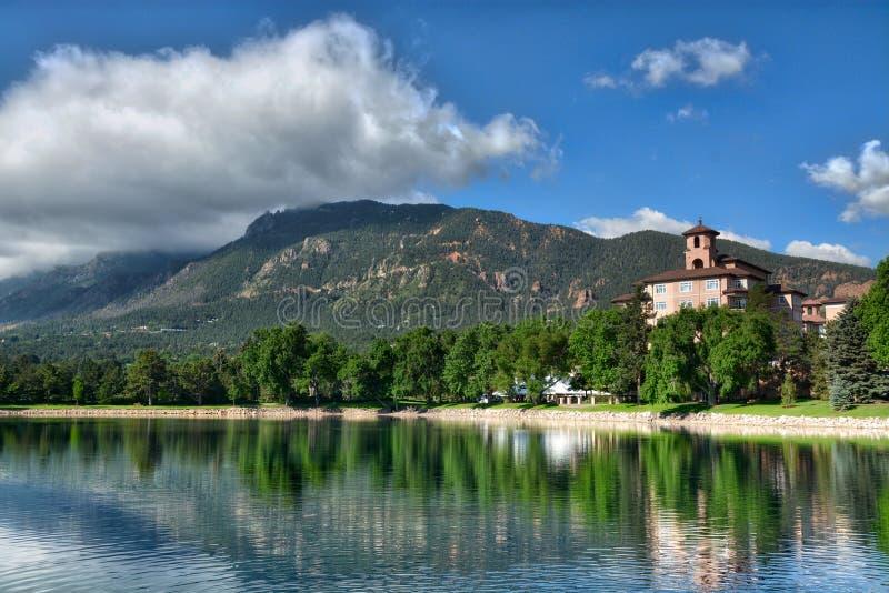 Station de vacances d'hôtel de Broadmoor avec le lac et le Cheyenne Mountain photos libres de droits