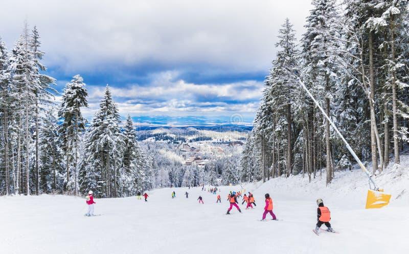 Station de vacances d'hiver en Brasov Roumanie image libre de droits