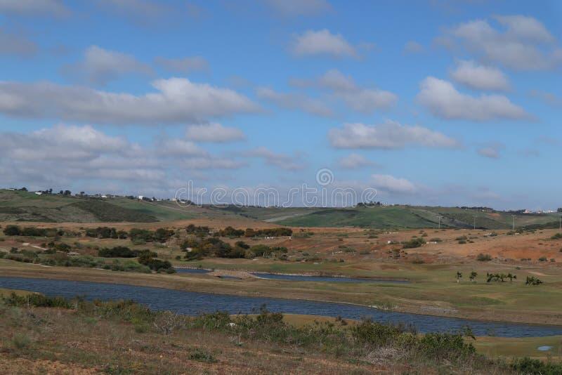Station de vacances de golf et un lac images libres de droits