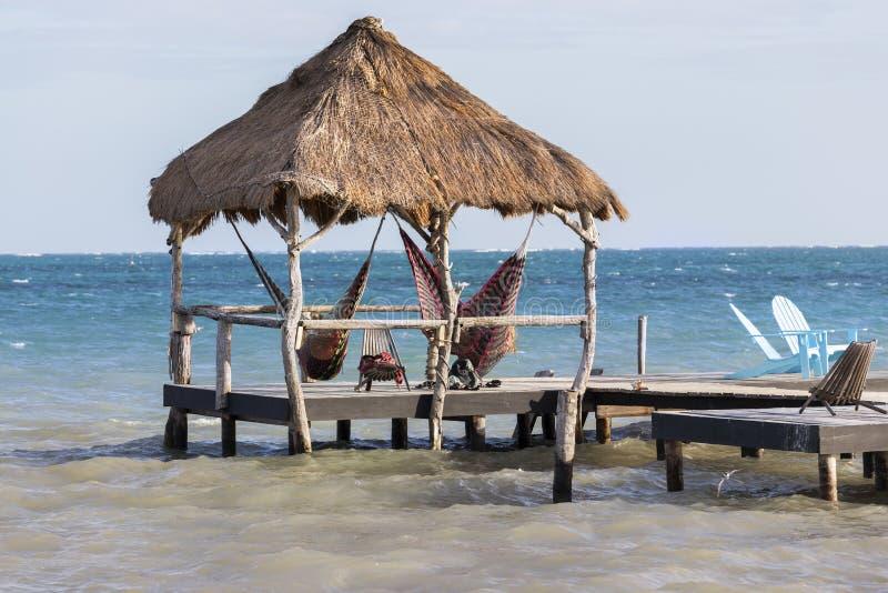 Station de vacances de mer de Belize la Caraïbe de matoir de Caye de parapluie de parasol de chaises longues de belvédère de plag images stock