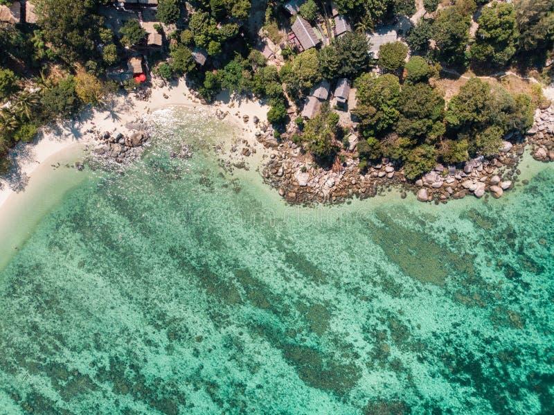 Station de vacances sur la colline avec le r?cif coralien en mer tropicale ? l'?le de lipe images libres de droits