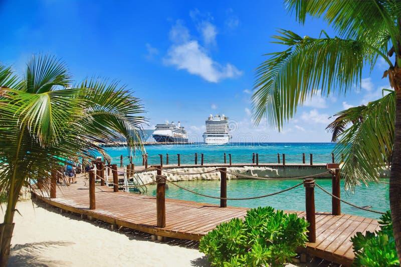 Station de vacances tropicale avec des bateaux de croisière dans le port photo libre de droits