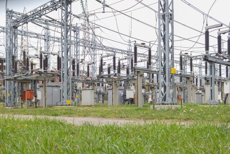 Station der elektrischen Verteilung, Transformatoren, Hochspannungslinien, Strom stockfotografie