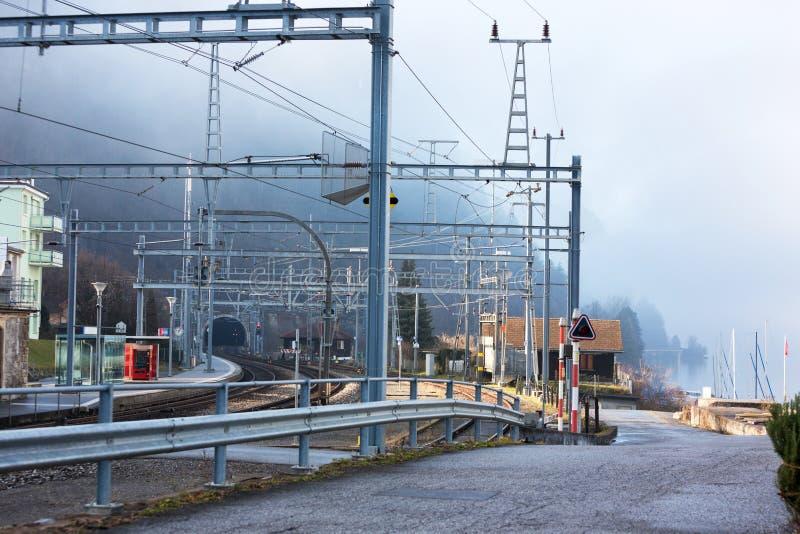 Station en Spoorwegtunnel in Zwitserland stock foto