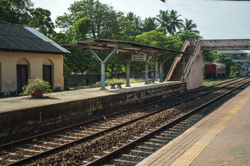 Station en sporen in de stad van Hikkaduwa in Sri Lanka stock afbeeldingen