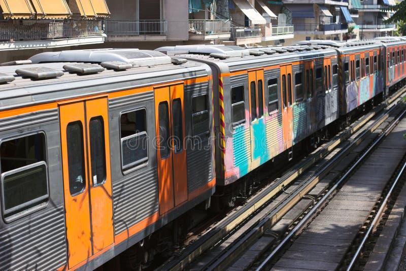 Station entrante suburbaine du train de voyageurs de banlieusard dans le jour ensoleillé photos stock