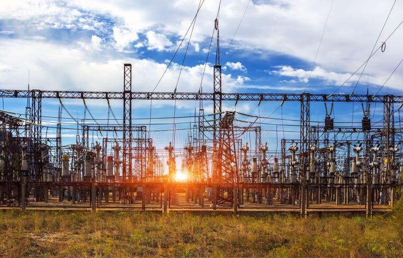 Station för elektrisk fördelning, transformatorer, hög-spänning linje arkivfoton