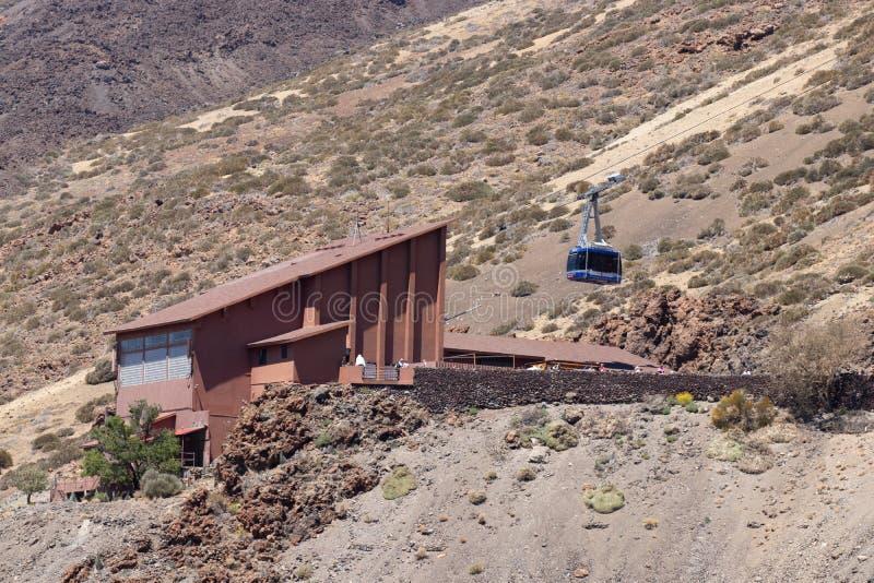 Station för kabelbil på foten av den Teide vulkan Den blåa kabinen börjar att klättra till överkanten Nationalpark Teide, Tenerif royaltyfria bilder