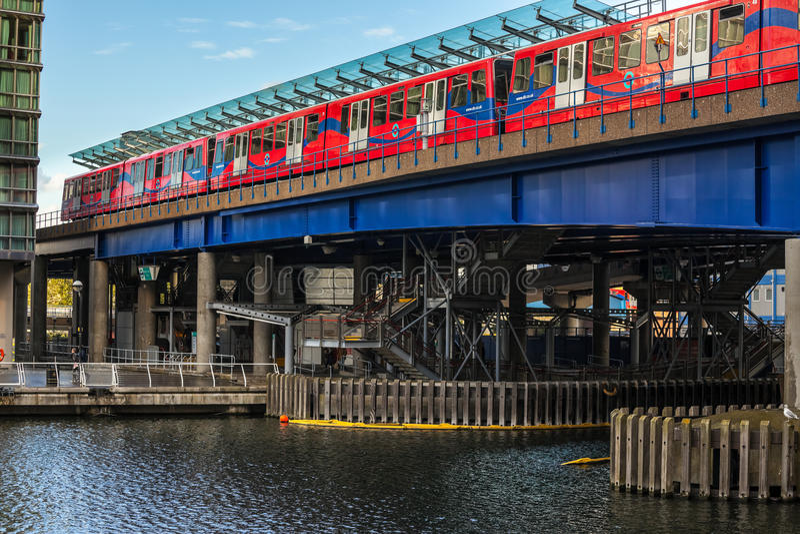 Download Station För Kanariefågelhamnplatstunnelbana Redaktionell Fotografering för Bildbyråer - Bild av horisont, lampa: 27287119