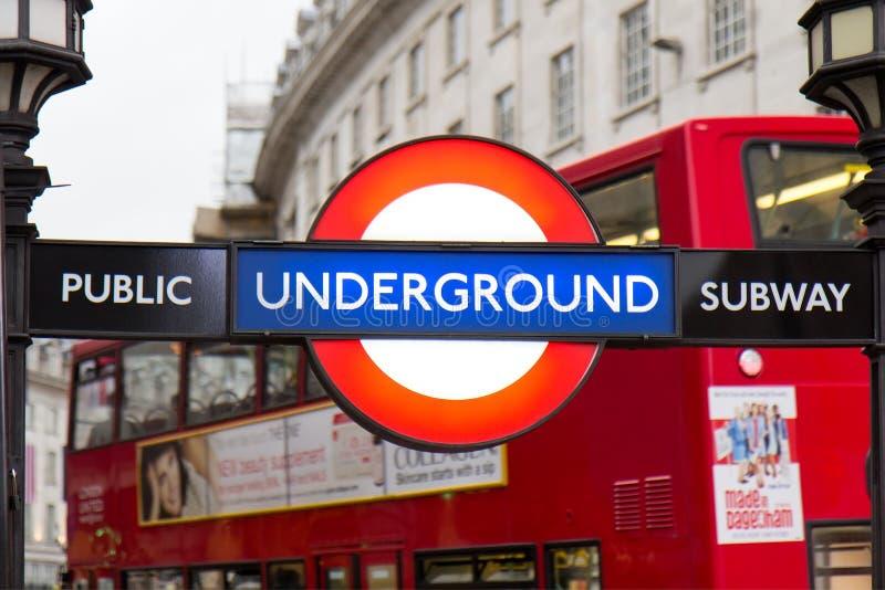 Station för rör för Piccadilly cirkusgata underjordisk royaltyfria bilder