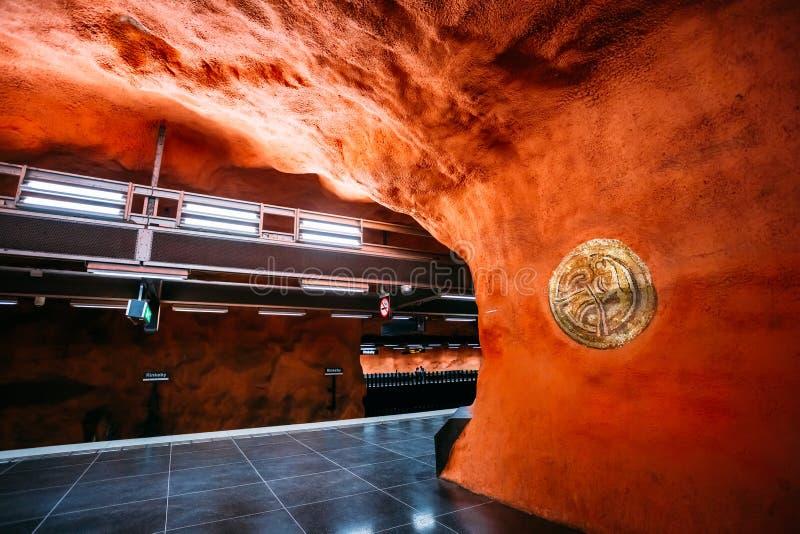 Station för Stockholm tunnelbanadrev i varma färger arkivbild
