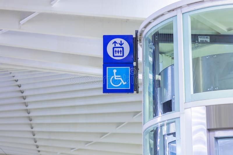 Station f?r snabbt drev Reggio Emilia, signal f?r handikappade personer arkivfoton
