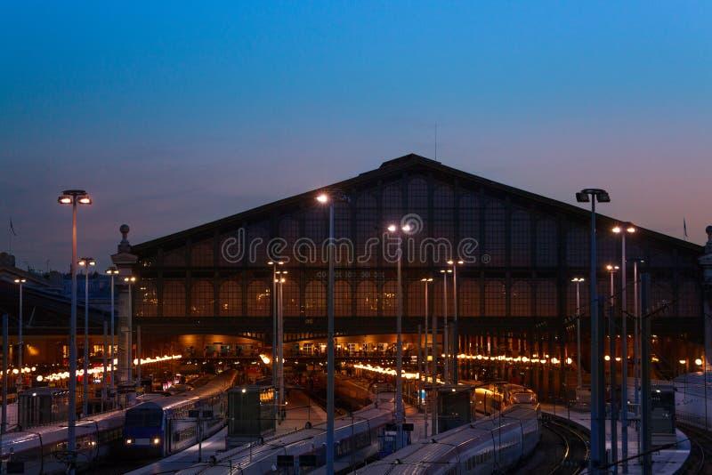 Station Gare du Nord la nuit, Paris de terminus image stock