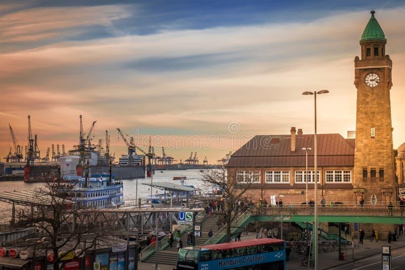 Station Landungsbruecken Hamburg mit Blick auf Hafen stockfoto